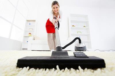 Sử dụng máy hút bụi giúp chị em dọn dẹp nhà nhẹ nhàng hơn bao giờ hết