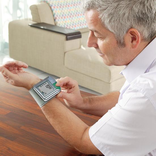 Máy đo huyết áp cổ tay HGN giúp người bệnh kiểm tra huyếp áp tại nhà thường xuyên hơn.