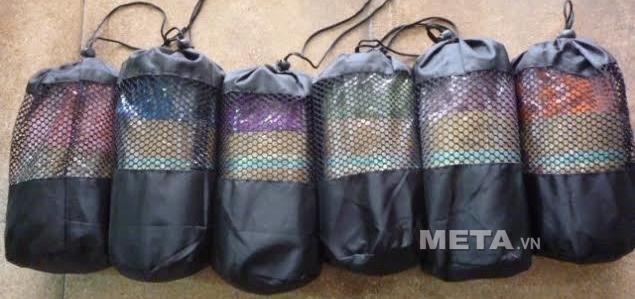 Khăn trải thảm Yoga có túi đi kèm giúp khăn luôn sạch sẽ và tiện khi mang theo.