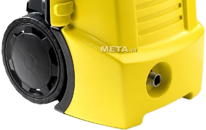 Máy rửa xe Lavor Ninja 120 có bánh xe giúp di chuyển dễ dàng trong khi xịt rửa.