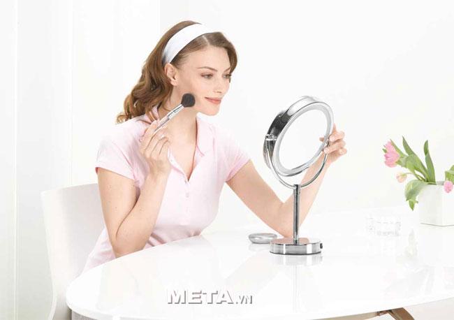 Gương trang điểm 2 mặt kèm đèn led Beurer BS69 là dụng cụ trang điểm hiện đại