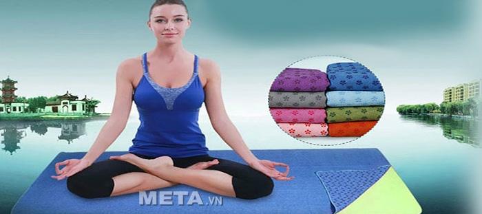 Khăn trải thảm được trải lên thảm tập Yoga.