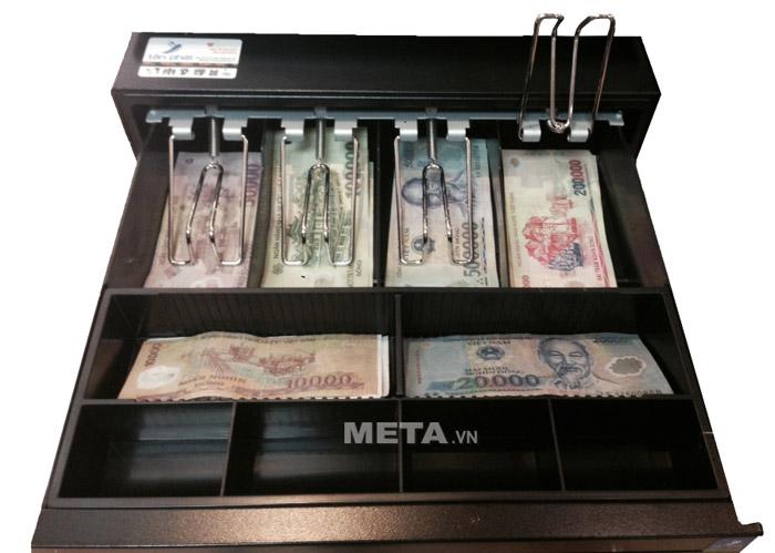 Két đựng tiền Maken EK 350 có ngăn đựng tiền giấy thiết kế có kẹp giúp giữ tiền gọn gàng hơn.