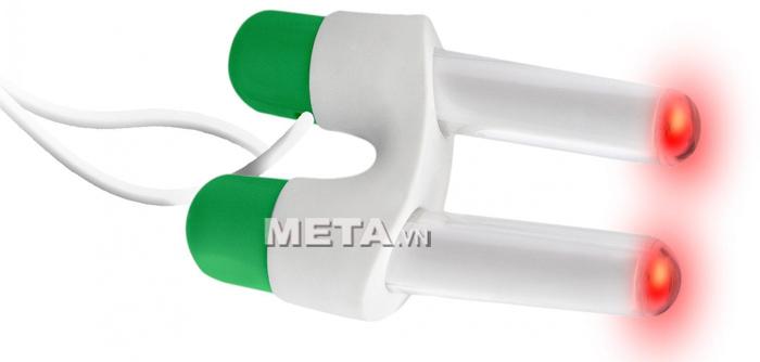 Máy trị viêm mũi dị ứng Medinose Pro phát ra ánh sáng đỏ ở 2 đầu bóng đèn.