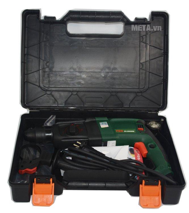 Máy khoan bê tông FEG 2606SRE và các phụ kiện được sắp xếp gọn gàng trong hộp.