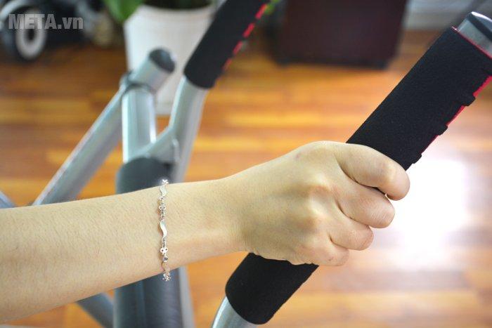 Máy đi bộ trên không Xuki có tay cầm bọc mút
