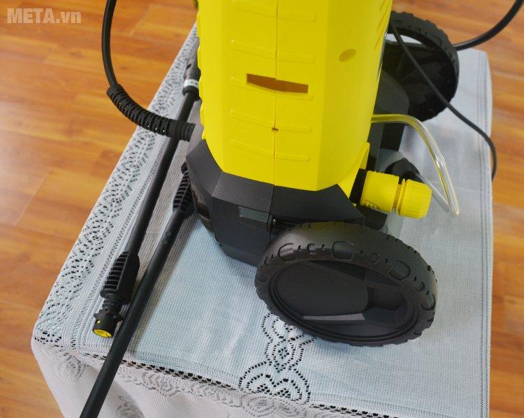 Máy phun áp lực Karcher K2 360 hoạt động với công suất 1400W