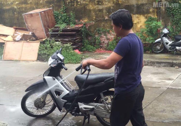 Máy rửa xe tự ngắt Jeeplus F8 giúp rửa xe tại nhà thật chuyên nghiệp
