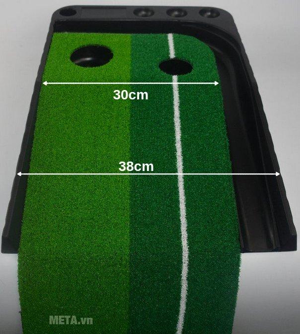 Thảm tập golf Putting 2 Color thiết kế 1 bên vẽ đường kẻ trắng giúp người chơi xác định được đường đi của bóng dễ dàng.
