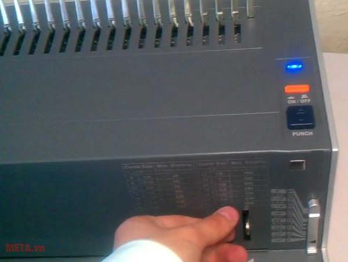 Máy đóng sách gáy xoắn nhựa DSB CB-200E có hệ thống đóng bằng điện
