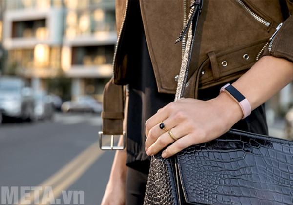 Vòng tay theo dõi sức khỏe Fitbit Alta HR phù hợp với cả nam và nữ