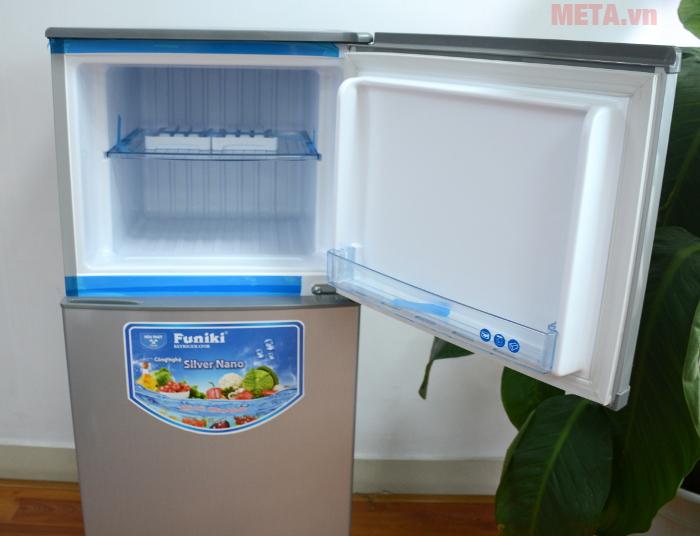 Tủ lạnh sở hữu nhiều ngăn chứa có các khay nhựa chịu lực cực tốt