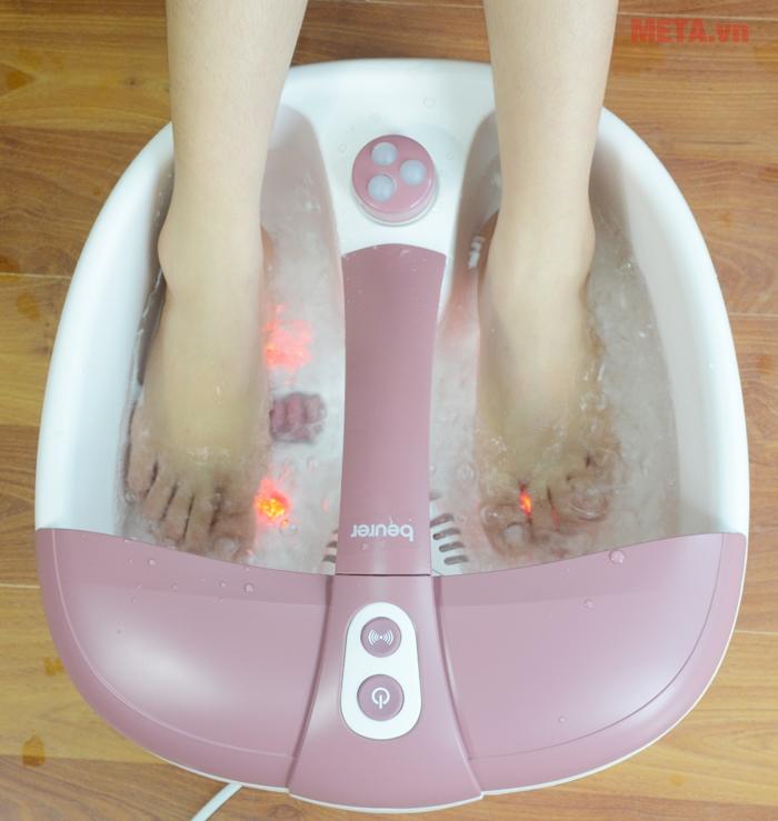 Massage rung và tạo bọt sẽ giúp xoa bóp các huyệt đạo ở gan bàn chân