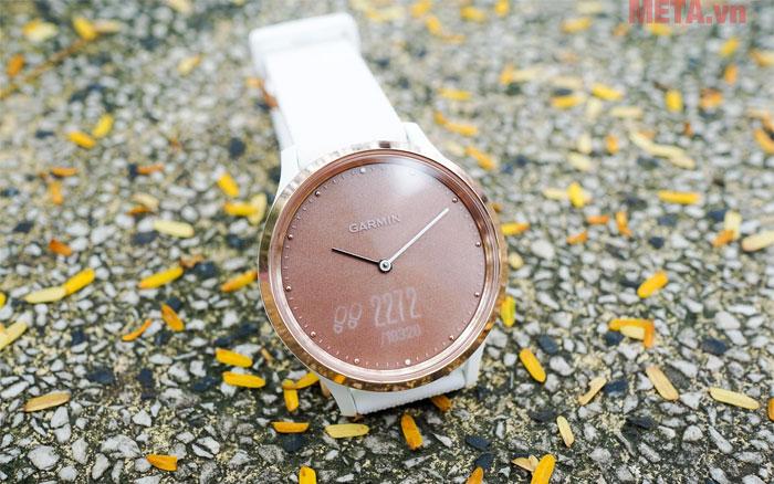 Vivomove HR có thời gian sử dụng pin 2 tuần ở chế độ xem giờ và 5 ngày ở chế độ thông minh