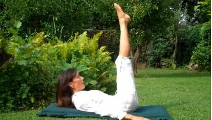 2 tay để dọc thân người, nâng chân lên hạ xuống để giảm mỡ bụng