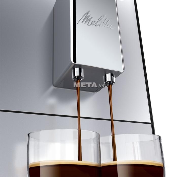 Máy pha cà phê Melitta Caffeo Solo cho phép điều chỉnh được chiều cao vòi cà phê.
