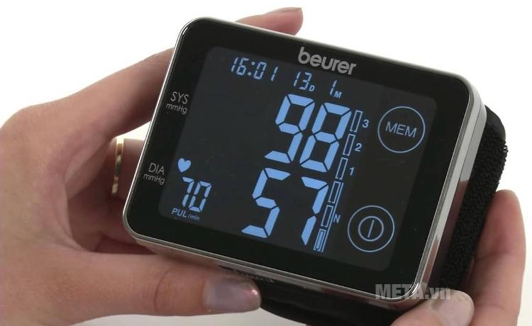 Máy đo huyết áp cổ tay Beurer BC 58 với kích thước màn hình lớn.