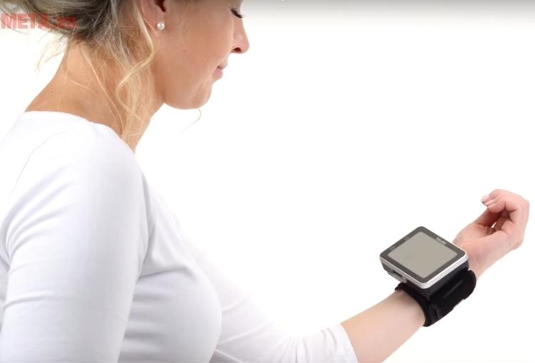 Máy đo huyết áp Beurer được đo ở cổ tay trái.
