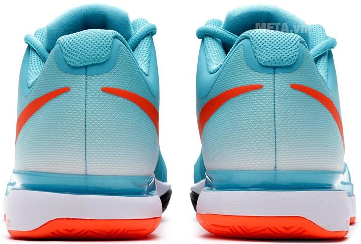 Giày tennis nam Nike 631458-381 với thiết kế thoáng khí khi mang.