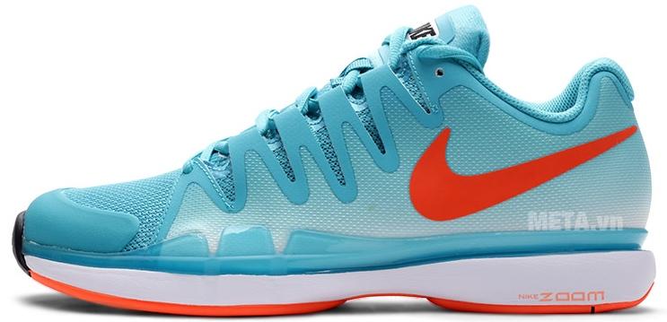 Giày tennis nam Nike 631458-381 với thiết kế logo Nike trên thân giày tạo vẻ thời trang và cá tính.