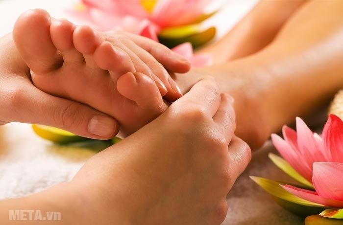 Xoa bóp bàn chân giúp thư giãn tinh thần, tăng cường sức khỏe và kéo dài tuổi thọ