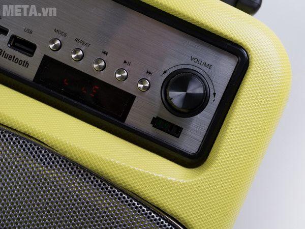 Nút chức năng chơi nhạc và LCD hiển thị chế độ hoạt động ở mặt trước của loa